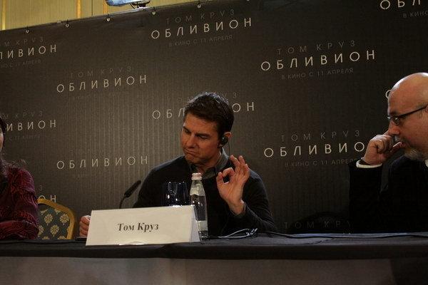 tom_kruz_i_olga_kurilenko_prileteli_v_moskvu_na_premeru_filma_oblivion_thumb_fed_photo