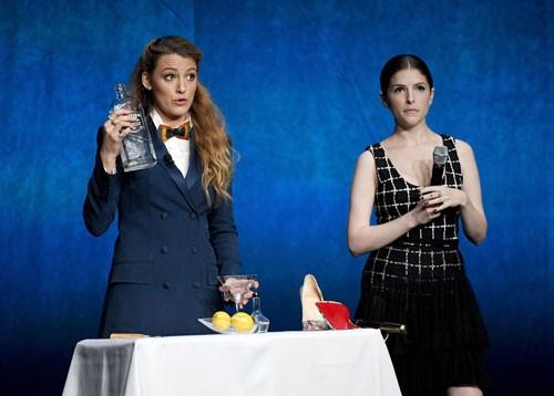 Блейк Лайвли и Анна Кендрик учат публику делать идеальный мартини